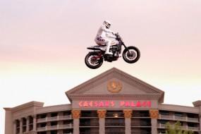 Travis Pastrana übertrifft mit einer Indian Scout FTR750 in Las Vegas legendäre Stunts von Evel Knievel